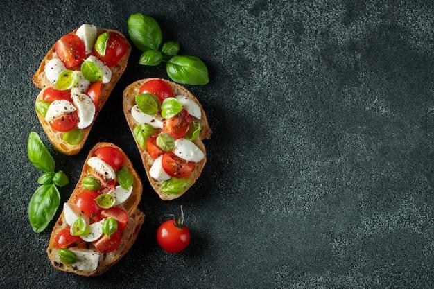 Bruschetta met tomaten, mozarella en basilicum. Premium Foto
