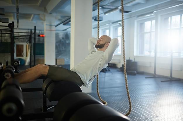 Brutale man trainen in de sportschool Gratis Foto