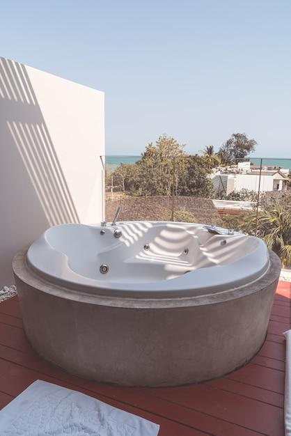 Bubbelbaddecoratie op balkon Premium Foto