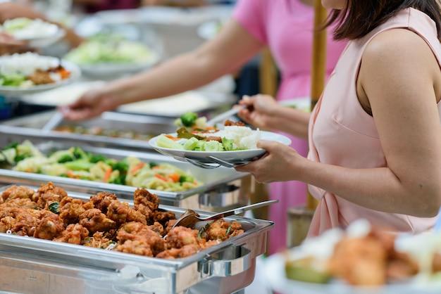 Buffet eten, catering eten feest in restaurant, mini-canapés, snacks en hapjes Premium Foto
