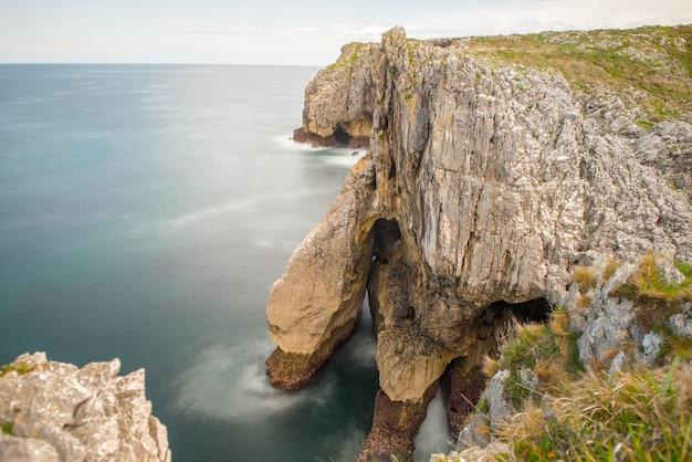Bufones de arenillas aan de kust van asturië, ten noorden van spanje Gratis Foto