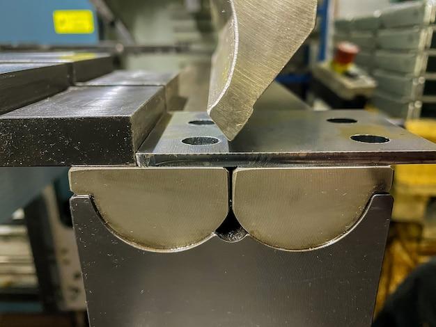 Buigen van plaatwerkdelen met een plaatbuigmachine in de fabriek Premium Foto
