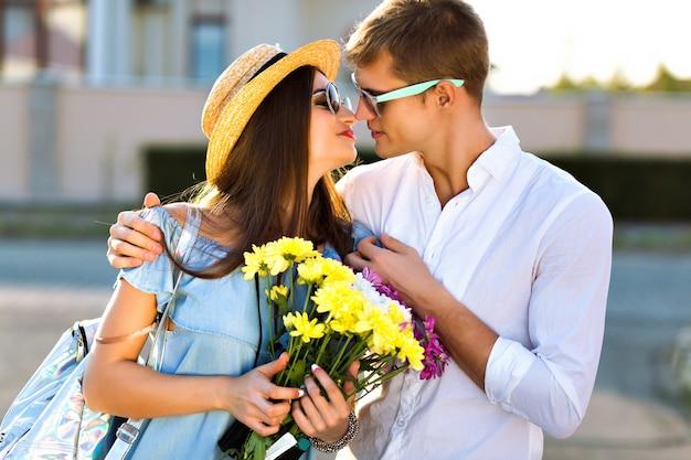 Buiten levensstijl beeld van gelukkige paar verliefd met plezier en samen gek worden, knuffels en kusjes, romantische date, avondzonlicht, straat, reizen, stijlvolle elegante jongens, mooie geliefden. Gratis Foto