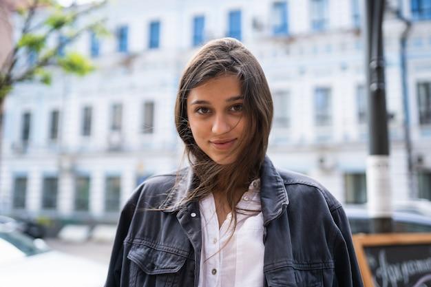 Buiten straat portret van mooie jonge brunette vrouw Gratis Foto