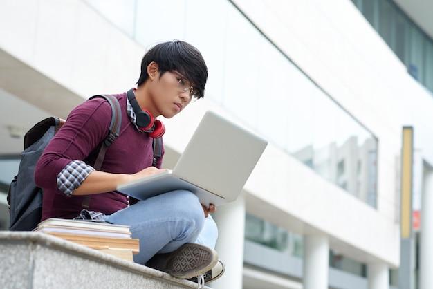 Buiten zitten met laptop Gratis Foto