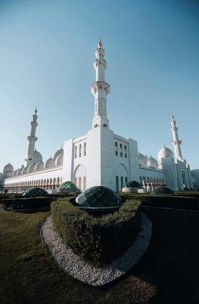 Buitenkant hoekweergave van enorme witte moskee met witte boog koepel Premium Foto