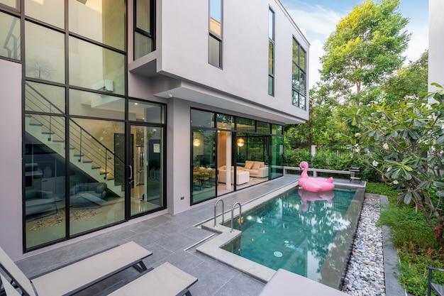 Buitenkant huis met zwembad in het huis Premium Foto