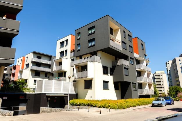 Buitenkant van moderne flatgebouwen o Premium Foto