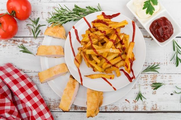 Buitensporige schotel met frieten en ketchup Gratis Foto