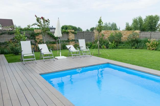 Buitenzwembad op prive-woning, gazon, tuin. Premium Foto