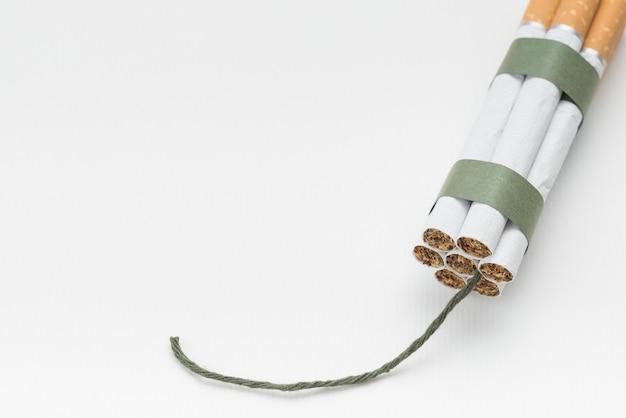 Bundel van sigaret met wiek op witte achtergrond Gratis Foto
