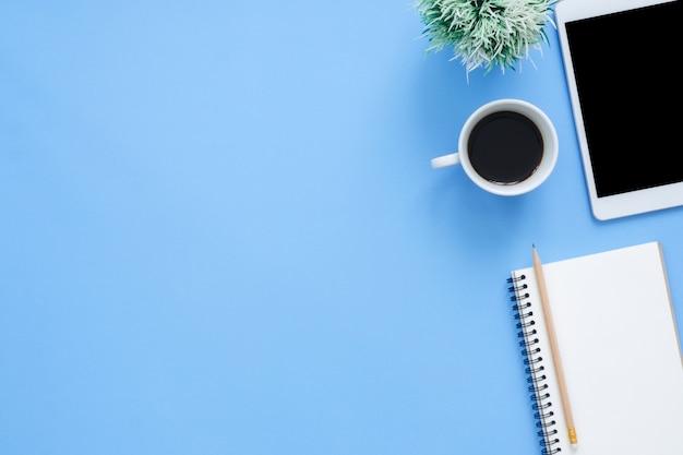 Bureau het werk ruimte - vlak leg de mockupfoto van het hoogste bovenaanzicht van het werk ruimte met tablet Premium Foto