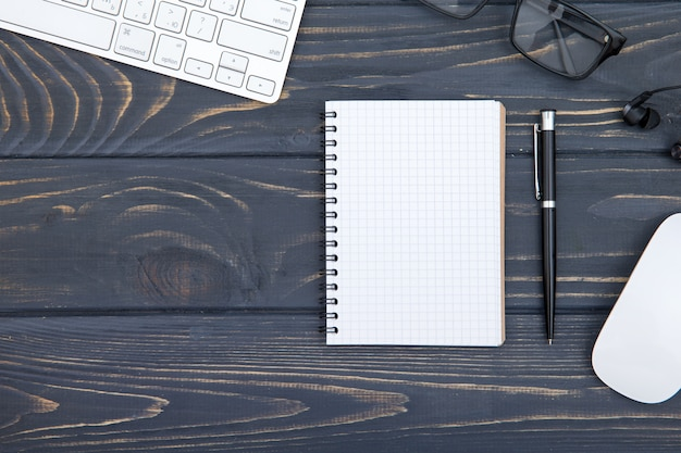 Bureau houten lijst van bedrijfswerkplaats en bedrijfsvoorwerpen, concepten bedrijfsplanning en richtingsachtergrond Premium Foto