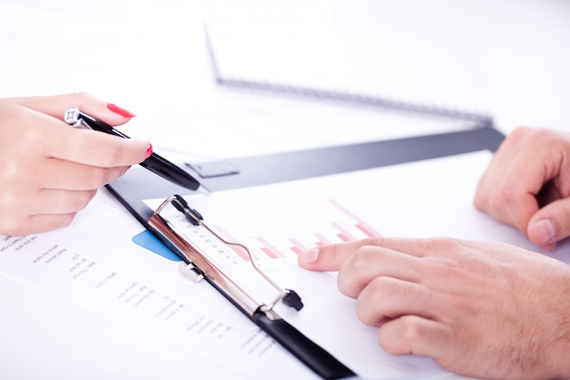 Bureau met details van werkproces Gratis Foto