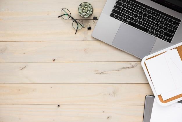 Bureau met laptop en exemplaarruimte Gratis Foto