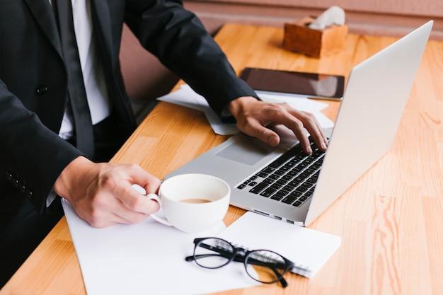 Bureau met laptop en koffie Gratis Foto