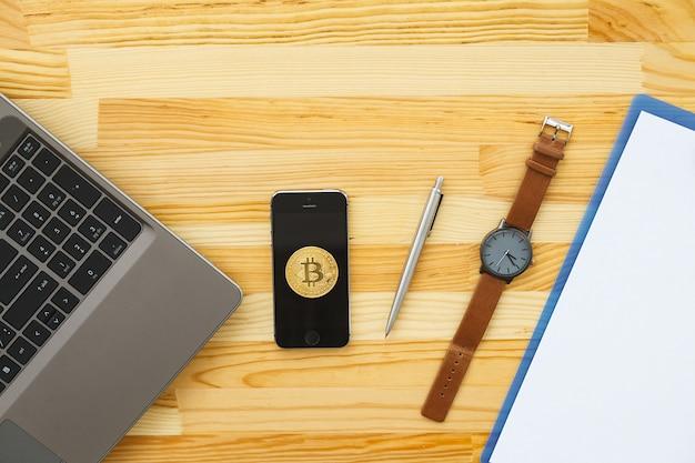 Bureau met verschillende gadgets en kantoorbenodigdheden Premium Foto