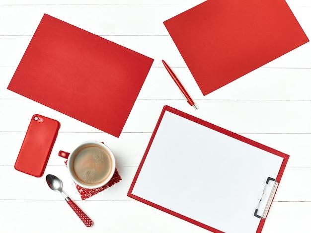 Bureau tafel bureau met set van benodigdheden Gratis Foto