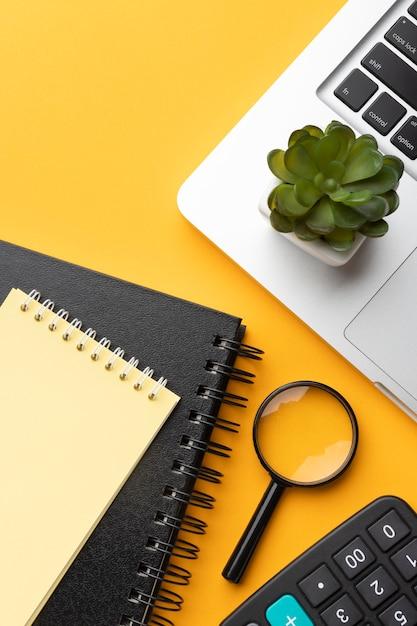 Bureauassortiment op gele achtergrond Gratis Foto