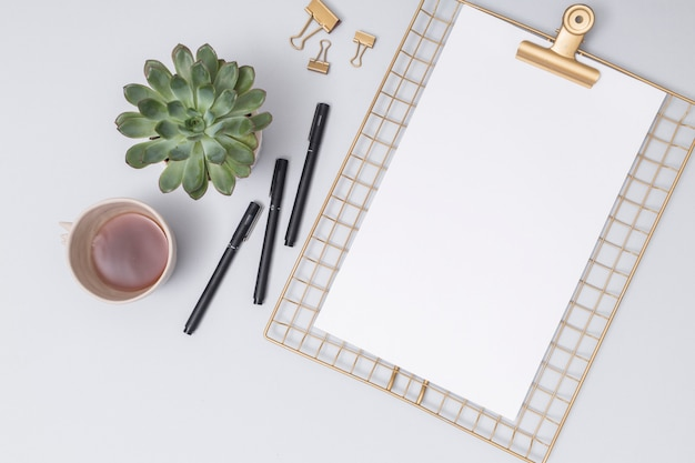 Bureaudesktop met een document blad Gratis Foto