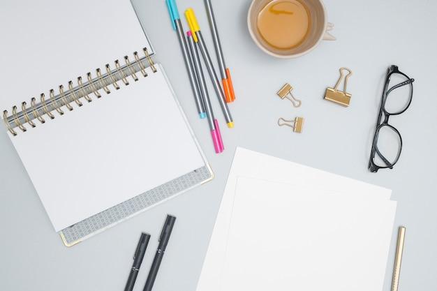 Bureaudesktop met een notitieboekje Gratis Foto