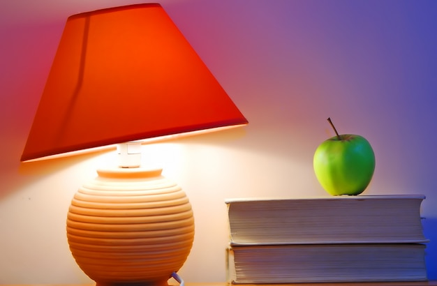 Bureaulamp en een appel foto gratis download