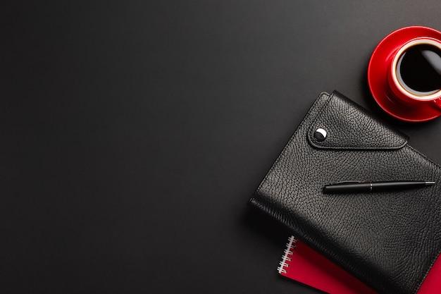 Bureaulijst met kop koffie en notitieboekjes. bovenaanzicht met kopie ruimte Premium Foto