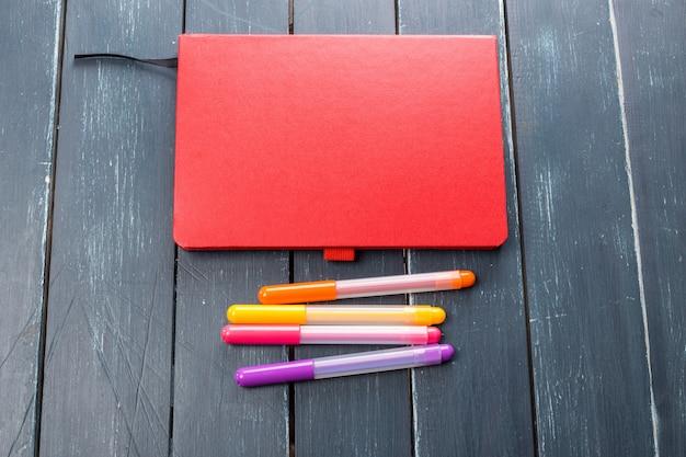 Bureaulijst met notitieboekje en tellers Premium Foto
