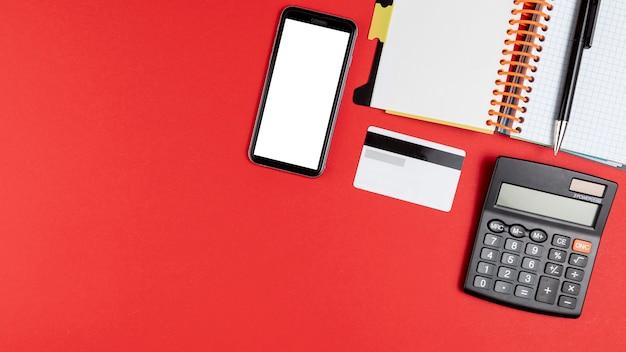Bureaumateriaal met telefoonmodel omhoog en exemplaarruimte Gratis Foto