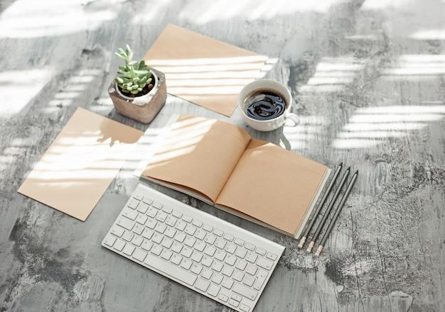 Bureautafel met computer, benodigdheden en telefoon Gratis Foto