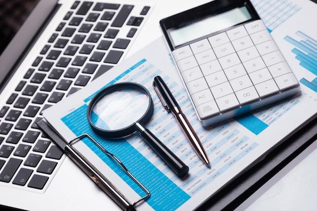 Bureauwerkplaats met meer magnifier en kantoorbehoeften Premium Foto