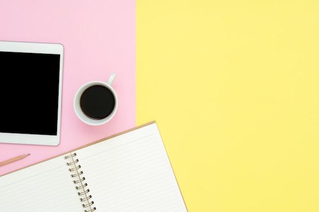 Bureauwerkruimte - vlak leg hoogste meningsfoto van het werk ruimte met lege spot op tablet Premium Foto