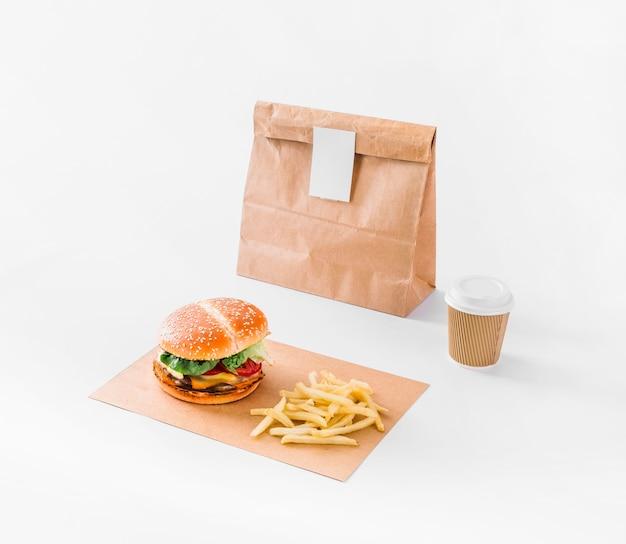 Burger; frietjes; pakket en verwijdering cup op wit oppervlak Gratis Foto