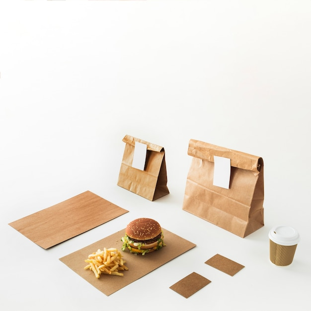 Burger; verwijdering beker; frieten en voedselpakket dat op witte achtergrond wordt geïsoleerd Gratis Foto