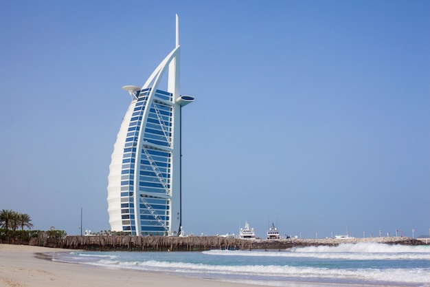 Burj al-arab overdag. zee en blauwe lucht Premium Foto
