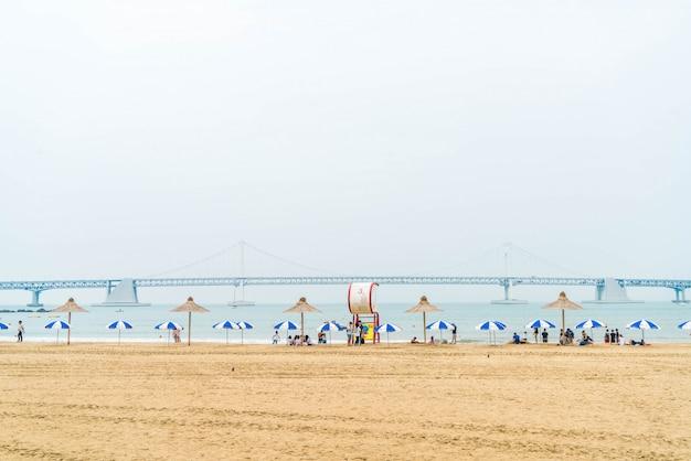 Busan, zuid korea - juli 11: gwanganstrand één van de populaire stranden in busan, zuid-korea. Premium Foto