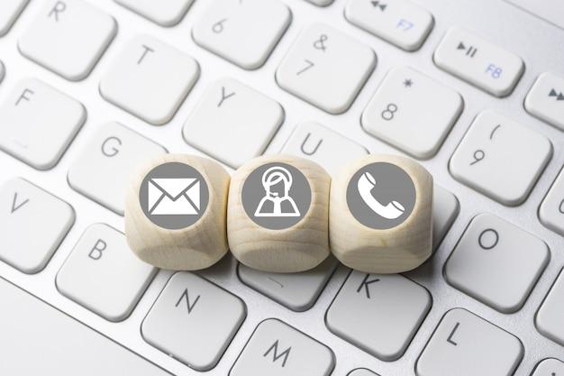 Business & e-commerce pictogram op de computer toetsenbord knop Premium Foto