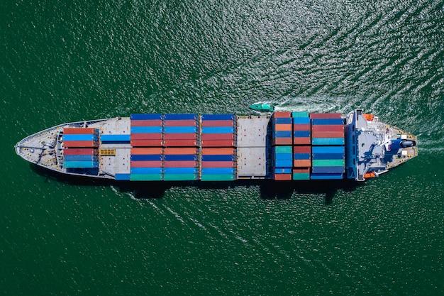 Business grote vrachtcontainers schepen logistiek transport internationale export en import diensten door de zee Premium Foto