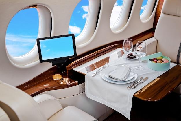 Business jet vliegtuig interieur met blauwe hemel buiten raam Premium Foto