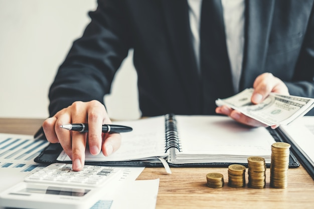 Business man accounting berekeningskosten economische budgetinvestering en -besparing Premium Foto