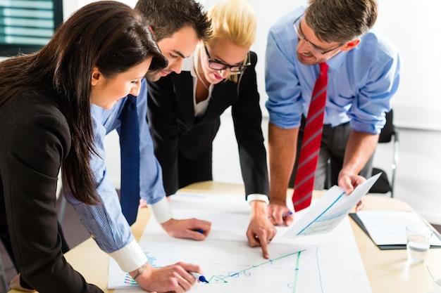 Business, mensen op kantoor werken als team Premium Foto