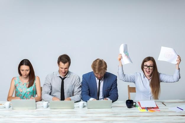 Business team dat samen op kantoor aan hun zakelijk project werkt Gratis Foto