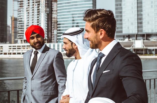 Business team praten over toekomstige plannen in dubai Premium Foto