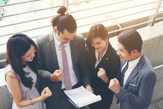 Business teamwork met document in haar handen, kijken naar interessante inhoud tijdens de lunchpauze Gratis Foto