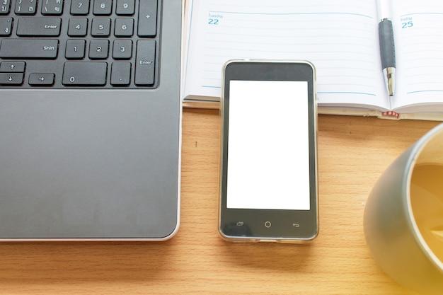 Business working tafel met de laptop smartphone en organiseren Premium Foto