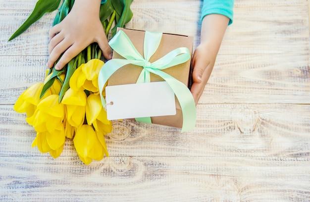 Cadeau en bloemen. selectieve aandacht. feestdagen en evenementen. Premium Foto