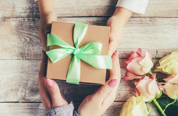 Cadeau en bloemen. selectieve aandacht. holideys en evenementen. Premium Foto