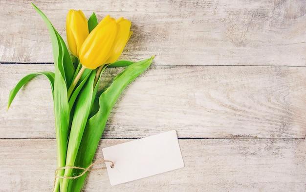 Cadeau en bloemen. selectieve aandacht. Premium Foto