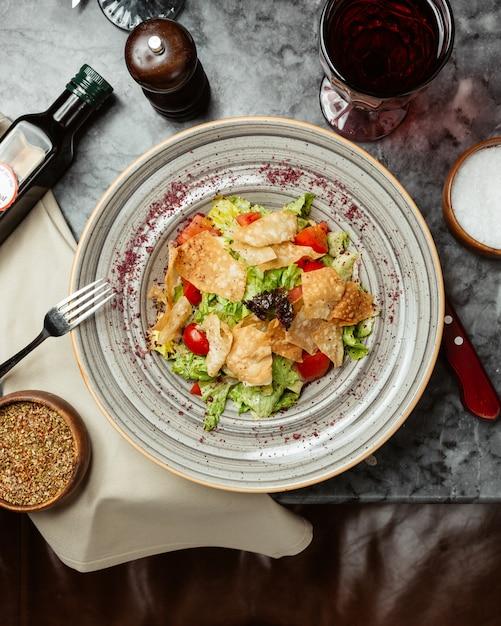 Caesarsalade met crackers en tomaten. Gratis Foto