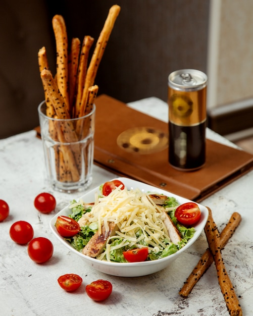 Caesarsalade met kip en crackers Gratis Foto
